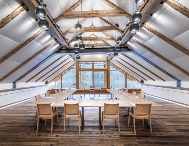 Der Seminarraum Weitblick – mitten im idyllischen Naturschutzgebiet Ödensee nahe Bad Aussee – mit Ausblick, Raumgefühl, Service und Kulinarik auf Haubenniveau.
