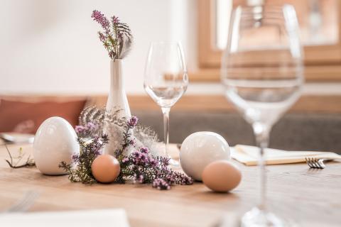 Tisch mit Osterdekoration