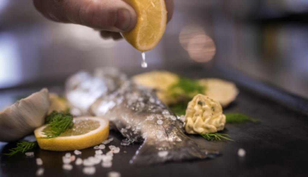 Gebratener Fisch mit Zitrone
