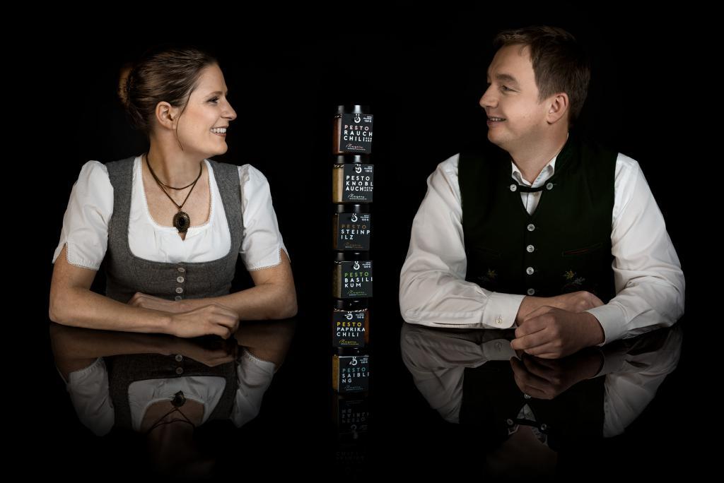 Christina & Manfred Mayer mit verschiedenen Pestos