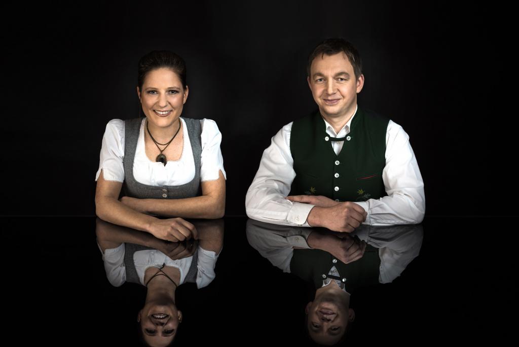 """Christina & Manfred Mayer mit ihrer Philosophie """"Genuss für alle Sinne"""" zu verwirklichen mit einem starken Team im Hintergrund die das echte Ausseer G'fühl von Herzen mitgeben."""