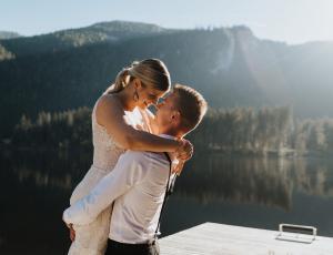 Glückliches Hochzeitspaar am Ödensee