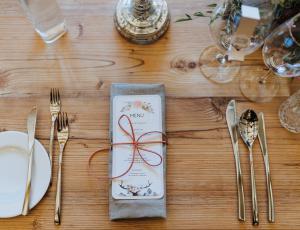 Gedeckter Hochzeitstisch mit Speisekarte